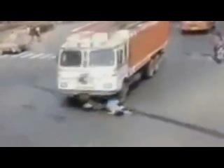 Женщину сбивает грузовик